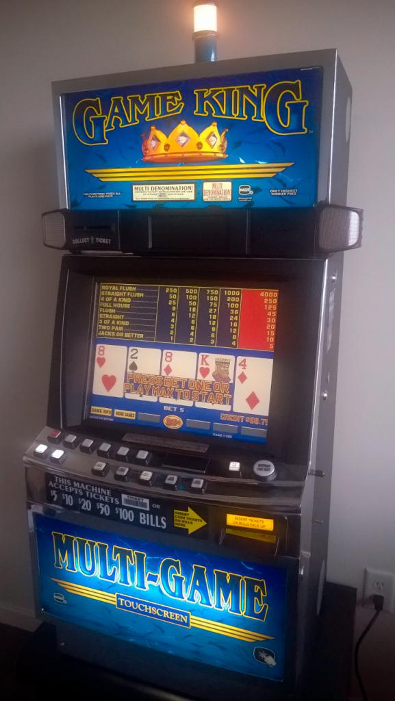 Starý video pokerový automat.